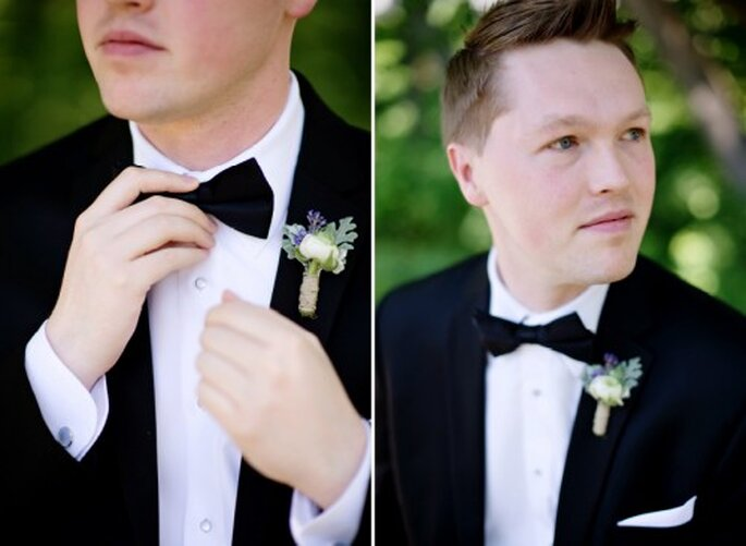El novio con un boutonniere a juego con el ramo de la novia - Foto Jen Lynne