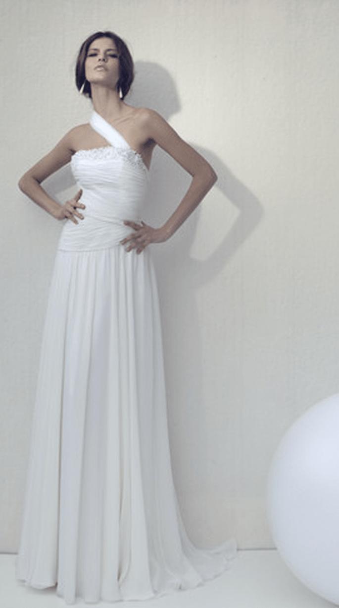 Abito bianco con dettagli irregolari - Bellanutomo Sposa 2011