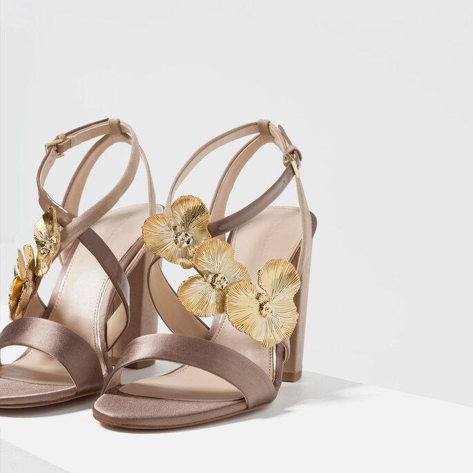 Sandálias por Zara.