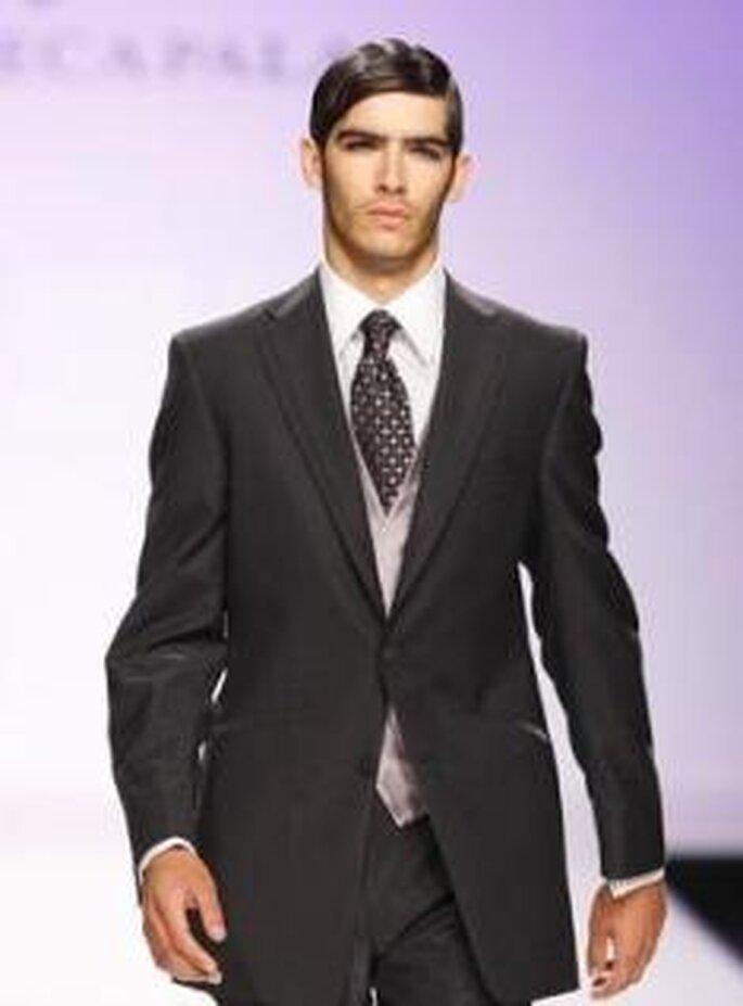 Fuentecapala 2010 - Chaqueta larga con chaleco y corbata, camisa con solapas simples