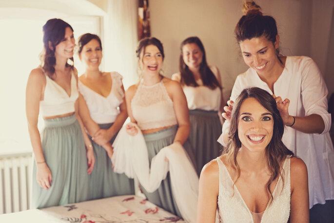 Getting Ready. Getting Ready der Braut mit Brautjungfern im Hintergrund