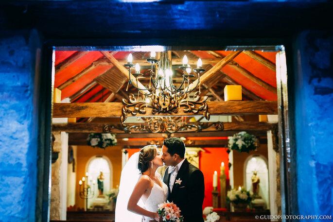 Recién casados se dan un beso a la salida de la iglesia