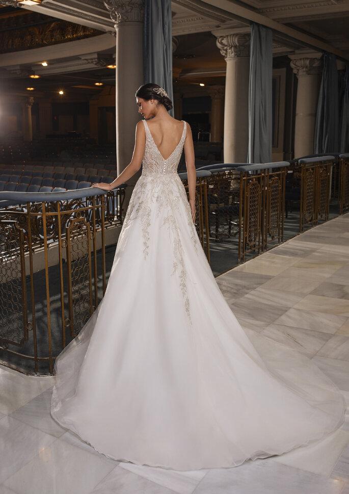 Vestido corte princesa com alças e decote em V nas costas, com bordados de pedraria da coleção Pronovias Privée 2021