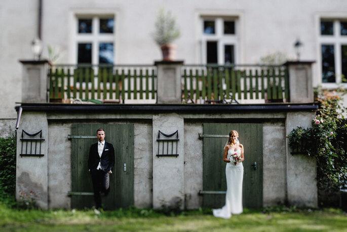 Brautpaar vor Haus