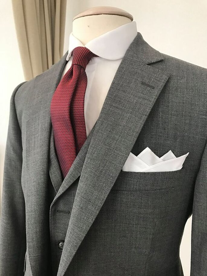 Costume gris et cravate rouge, issue des collections des Francs-Tireurs