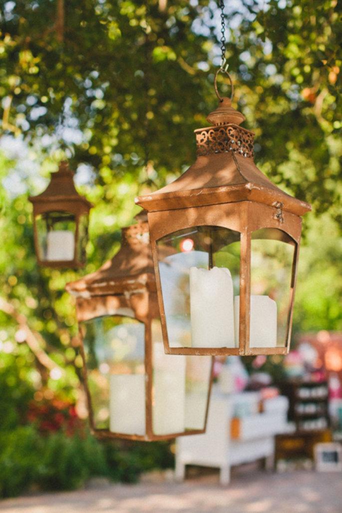Candelabros decorativos con velas para boda al aire libre