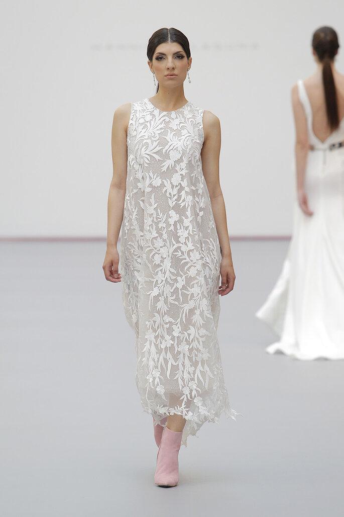 Vestido de novia corto recto y con sobre vestido en tul
