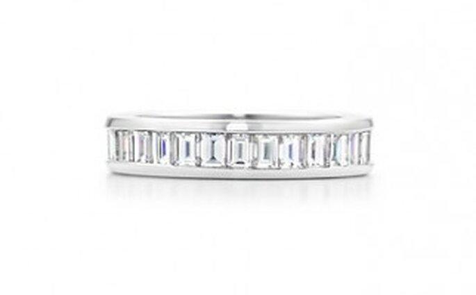 Anillo en platino con un círculo completo de diamantes . 3 mm de ancho.