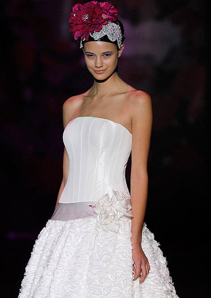 Vestido estrapless con corpiño y falda con volantes. Diseño: Miquel Suay. Foto: Cibeles Madrid Novias 2013