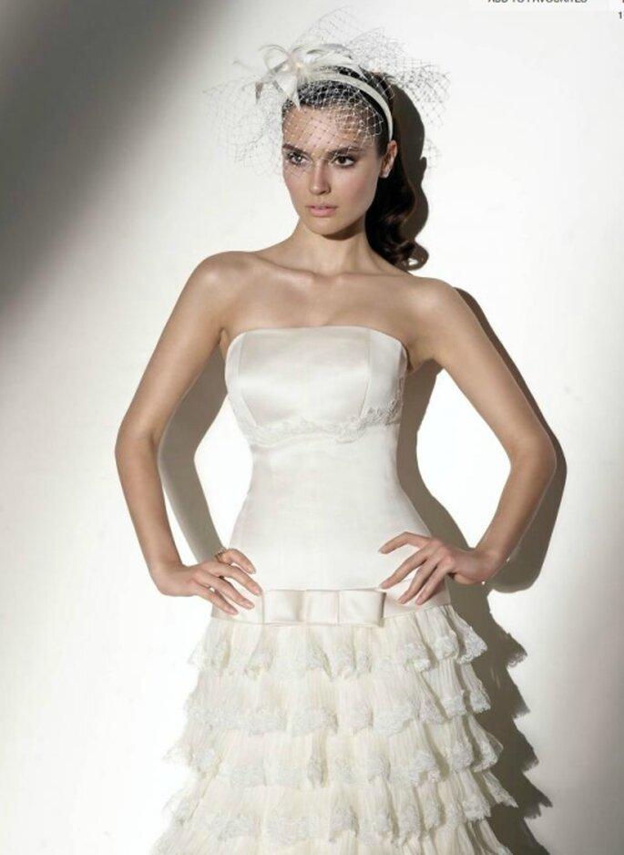 Vestido de novia de talle bajo, strapless con tocado vintage. Pepe Botella
