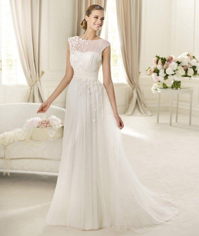 Vestido de novia con transparencias y detalles florales - Foto Pronovias 2013