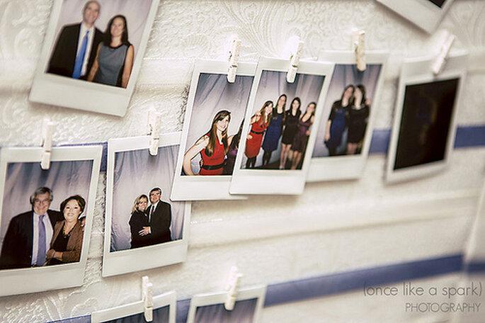 Les photos de la mariée peuvent également être utilisées pour décorer le lieu de la shower. Photo: Once Like a Spark Photography