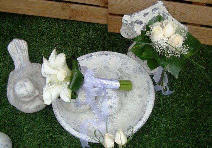 Pack de novia con bouquet, prendido novio y padrinos, y un mini ramo - Foto: Floristería Bast