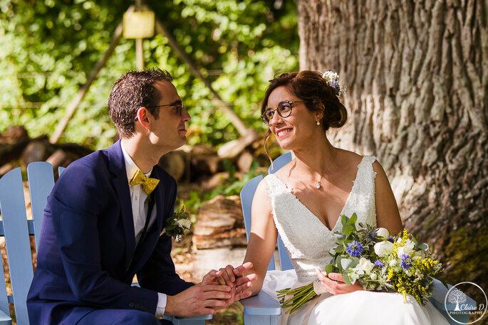 Couple de mariés lors de leur cérémonie laïque, qui échange un regard amoureux