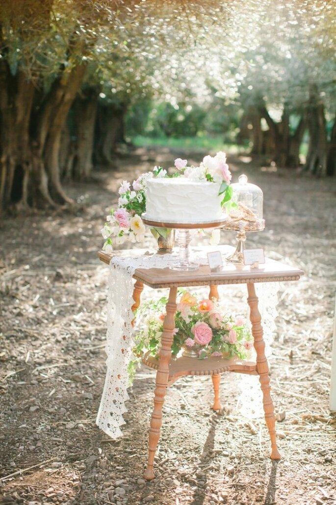 Hochzeitstorte mit rosafarbenem Dekor - Foto Avec L'Amour Photography
