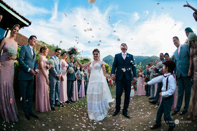 Chuva de petálas de rosa em casamento ao ar livre