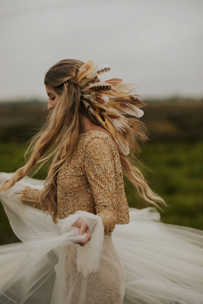 noiva boho com cabelo solto e penas