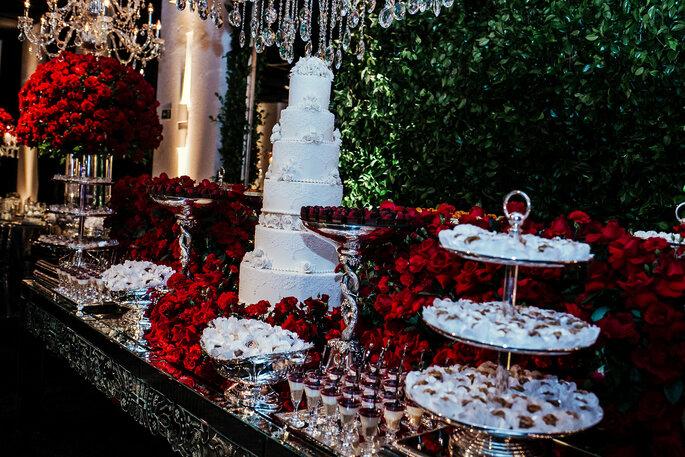 decoração com flores vermelhas