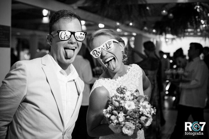 Casal de noivos na pista de dança com óculos escrito - Groom e Bride