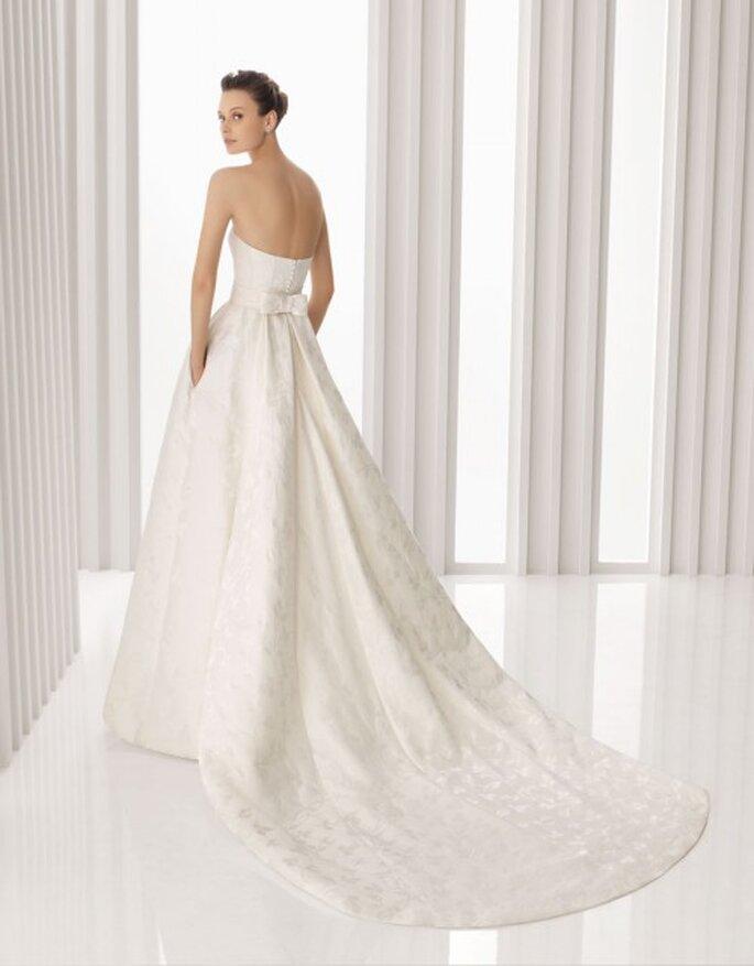 Vestido de novia de brocado de seda en color marfil. Rosa Clará