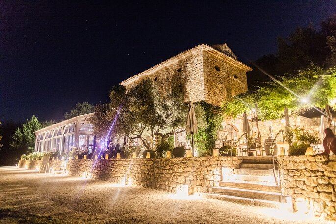 Avec ses éclairages extérieurs, la Bastide de Fangouse est resplendissante, même de nuit