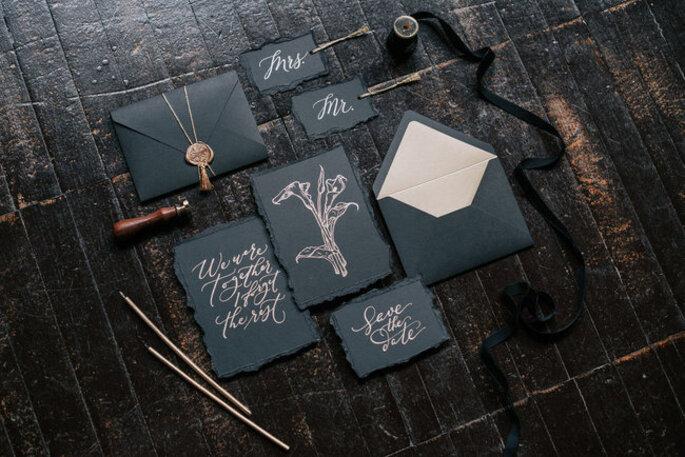 invitaciones de boda elegantes y minimalistas en color negro con detalles dorados
