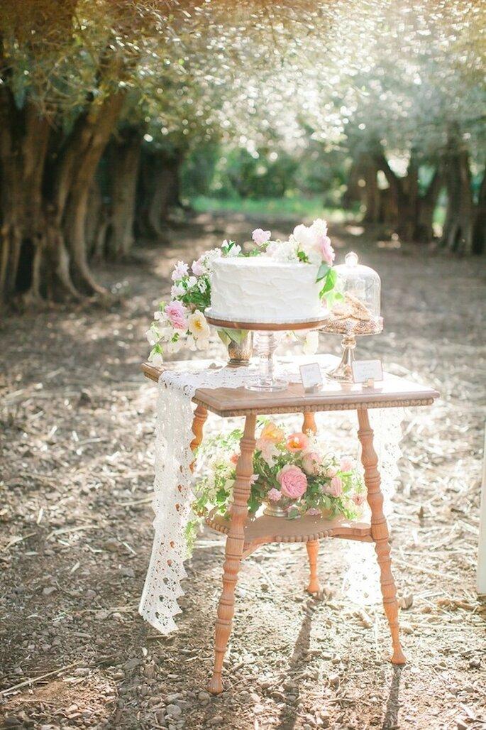 El montaje de la mesa de postres contrastadas con el color rosa y texturas de madera - Foto Avec L'Amour Photography