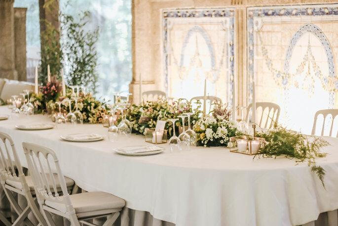Table décorée pour le mariage avec des végétaux au centre.