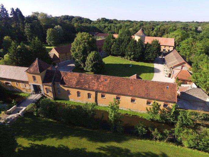 Vue sur un château avec un grand parc arboré en pleine nature, propice à l'organisation d'un mariage