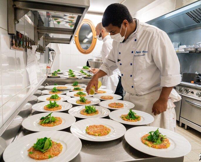 Le Chef prépare les plats en cuisine, respect des mesures d'hygiène en vigueur