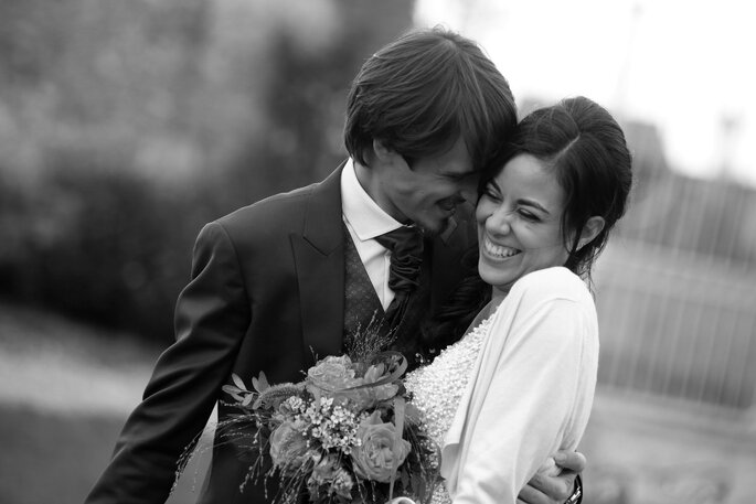 Photo de deux mariés en noir et blanc