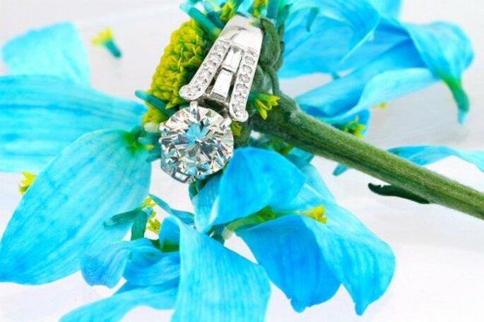 Anillo de compromiso con diamante redondeado para novia - Foto Mairk Broumand