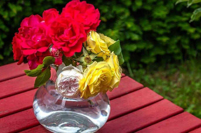 Arreglo de mesa con rosas y pecera