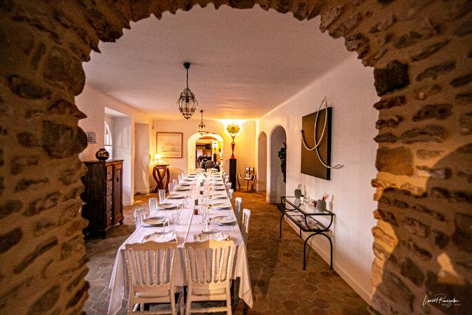 Table dressée pour votre mariage avec un mur en pierre apparent