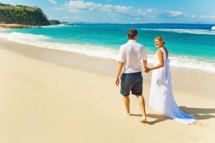 Novios en la playa. Foto vía Shutterstock