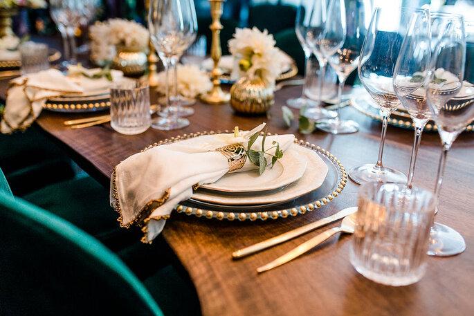 Tischdekoration in Goldtönen beim Styled Shooting im Hotel K7.