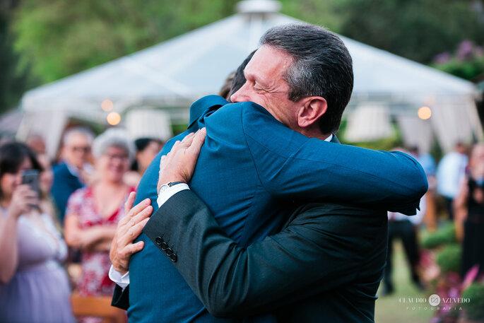 Pai entrega filha noiva para marido no altar