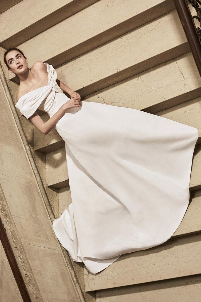 vestidos de novia con hombros caídos y fruncido en el escote