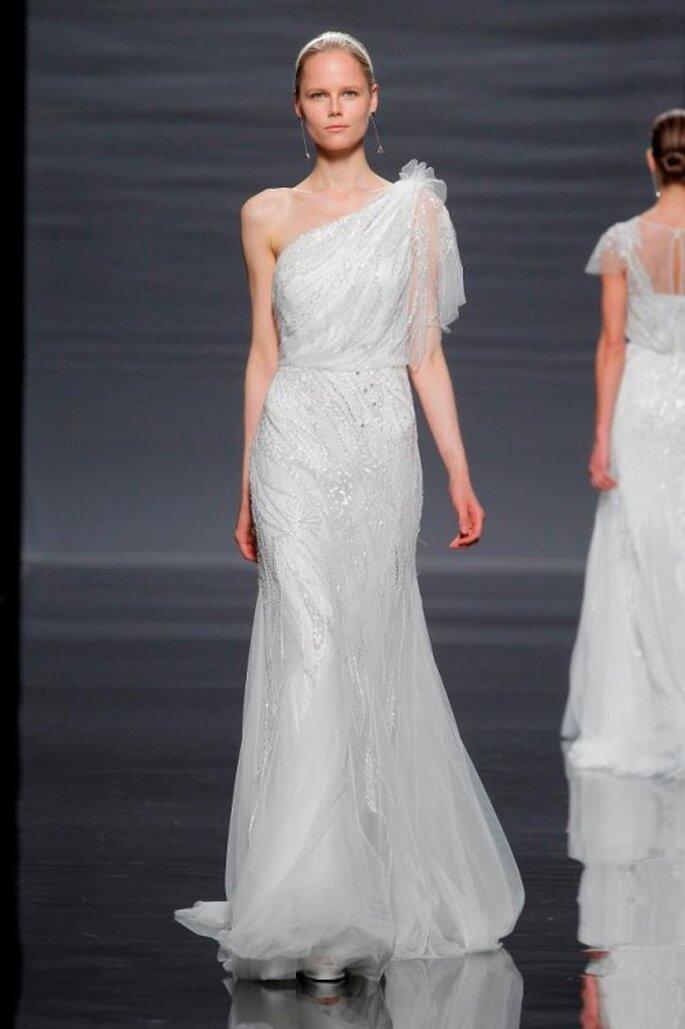 Vestido de novia con silueta ceñida y escote asimétrico - Foto Rosa clará