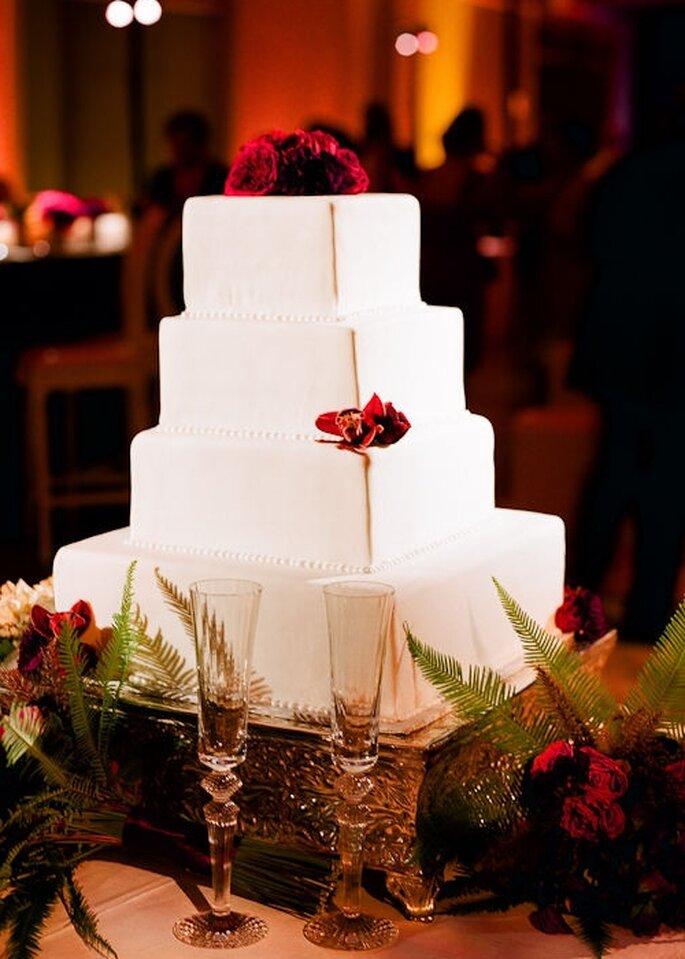 Pastel de boda blanco, cuadrado a 4 niveles, decorado con detalle en rojo