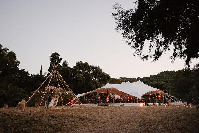 Mariage en extérieur, bohème et bucolique avec tentes de location blanche et des guirlandes lumineuses, au Château de Pampelonne