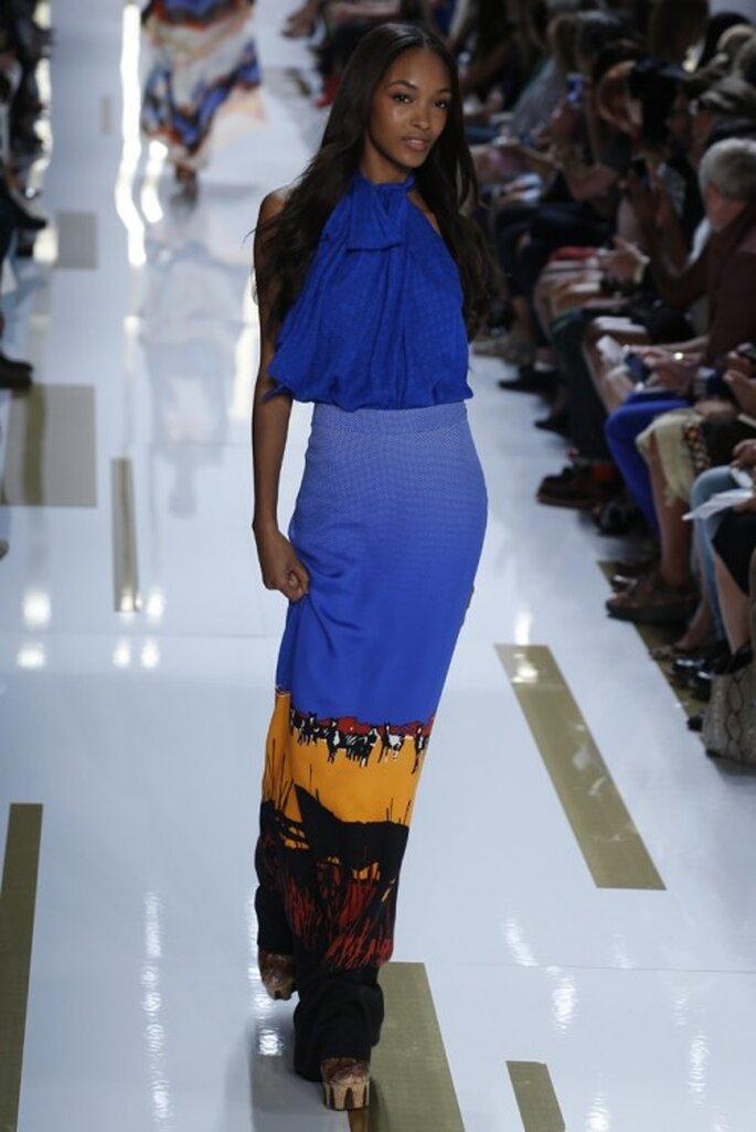 Vestido de fiesta largo en color azul predominante con toques de amarillo y rojo intenso - Foto DVF