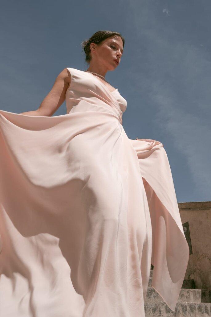 Robe de mariée rose, fluide, confectionné dans un tissu léger et aérien par Oksana Coquard