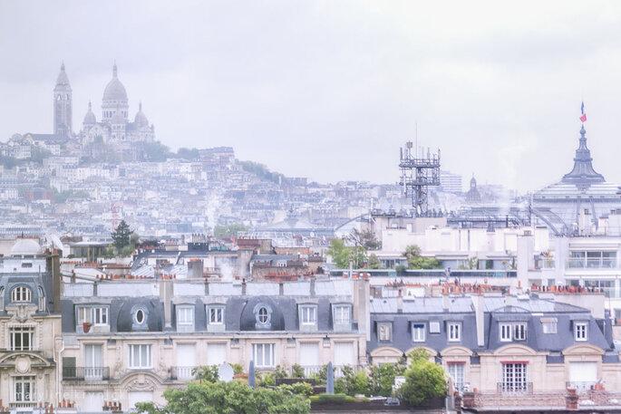 Vue sur la butte Montmartre et son Sacré-Cœur depuis la terrasse de la salle de réception de l'hôtel Pullman Paris Tour Eiffel