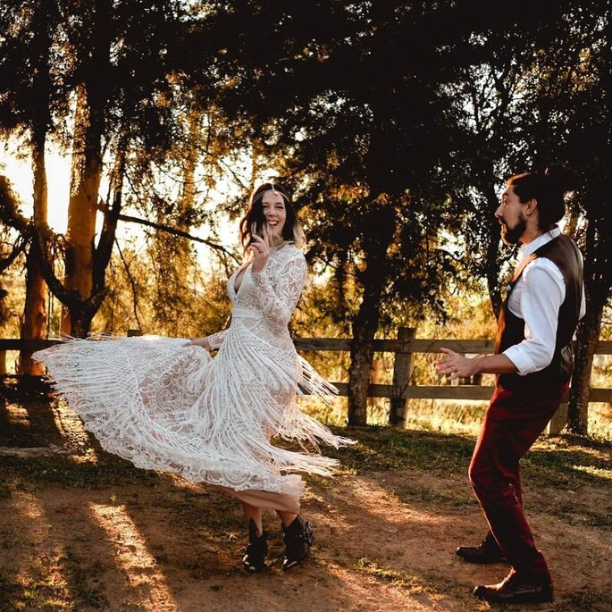 Noivos dançando ao ar livre