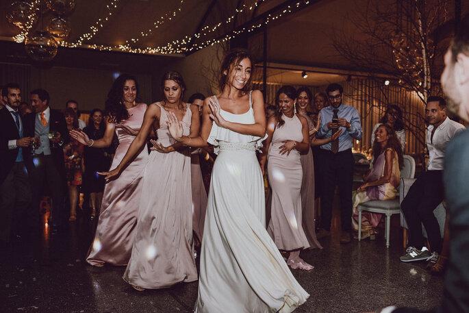 damas de honor a dançar com a noiva