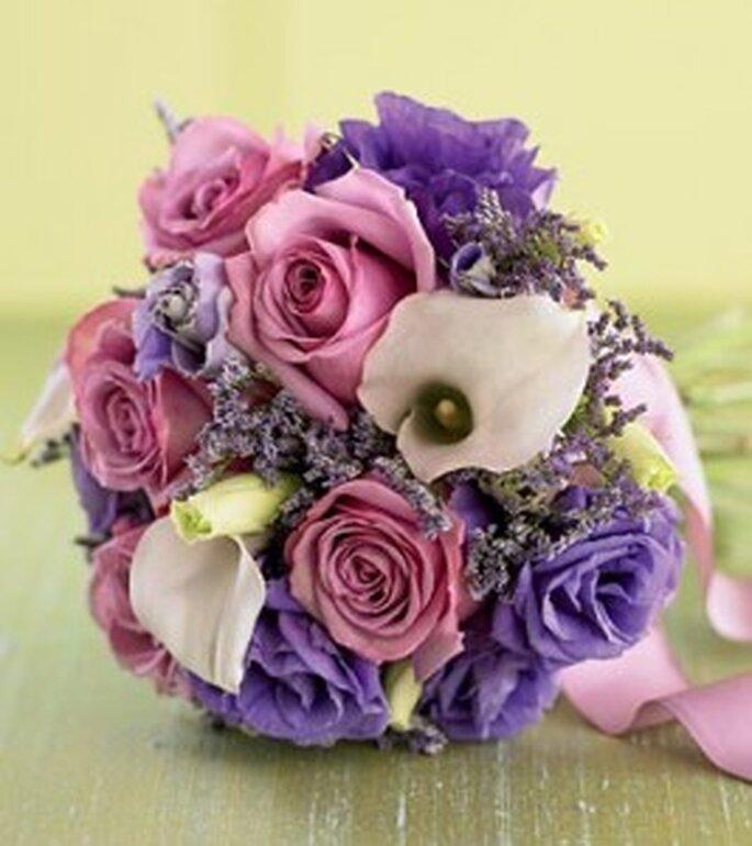 Delicado bouquet multicolor, con rosas lilas, rosadas, calas blancas y pimpollos amarillos. La cinta rosa es un detalle que complementa estupendamente el ramo.