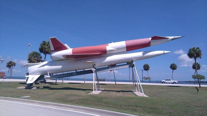 Photo : Pixabay - Cap Canaveral - fusée sur une piste avec en arrière plan l'océan et des palmiers