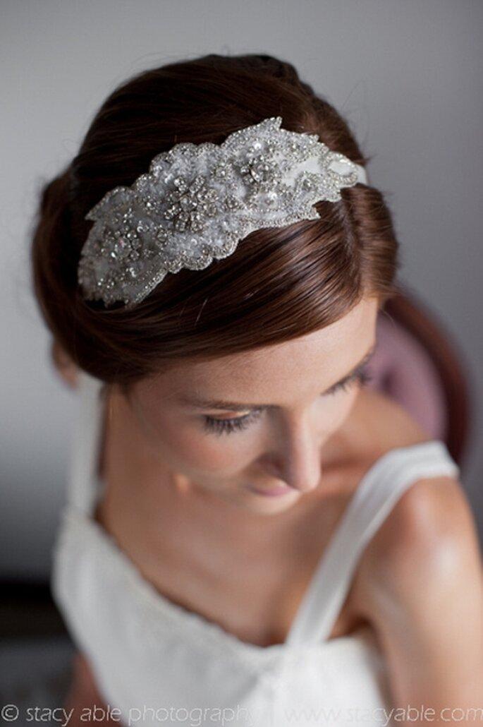 Elegante tocado vintage para el cabello de la novia - Foto Emily Riggs Bridal