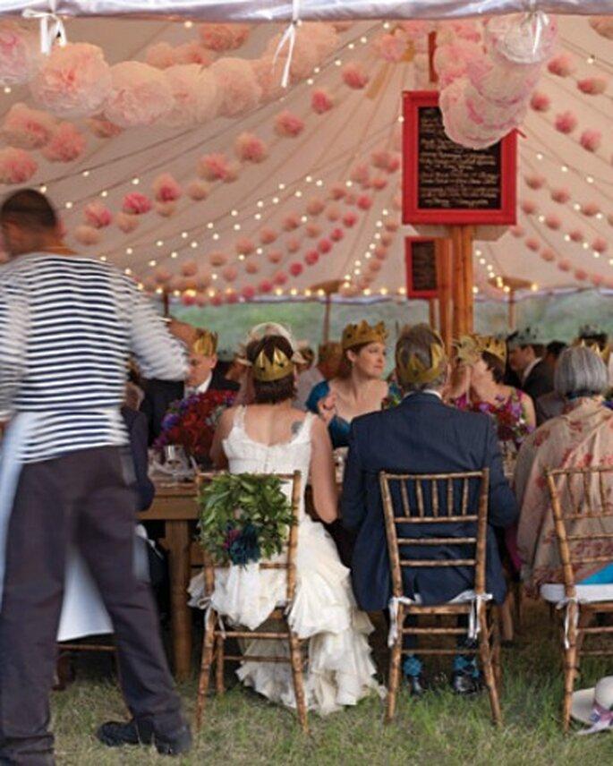 On accessoirise le dos des chaises ! - Crédit photo : Martha Stewart wedding